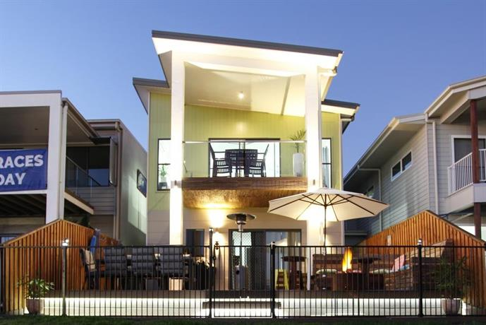 Photo: Lakeside Deck House