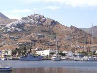 Η Πάνω Χώρα είναι χτισμένη σε λόφο πάνω από το Λιβάδι