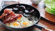 Un irish breakfast en préparation dans un pub - jules - cc