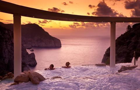 Ibiza: Terrassenpool mit Wasserfällen