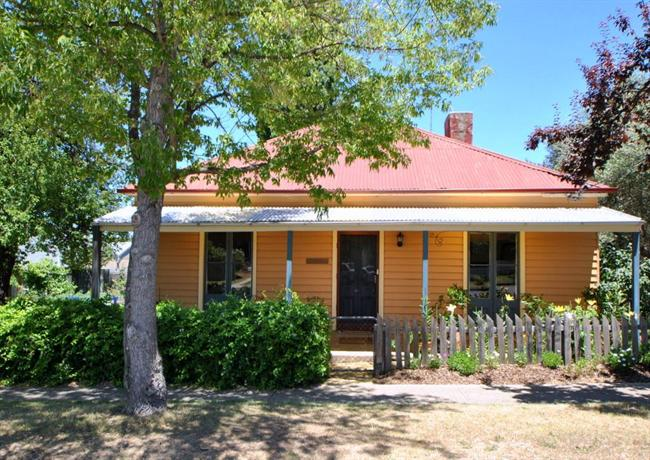 Cooma Cottage  Accommodation