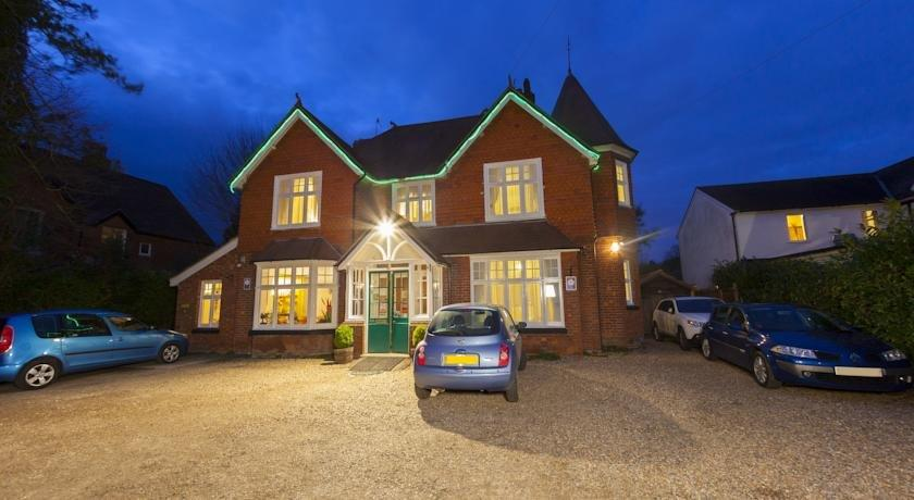 Gatwick Turret Guest House - dream vacation