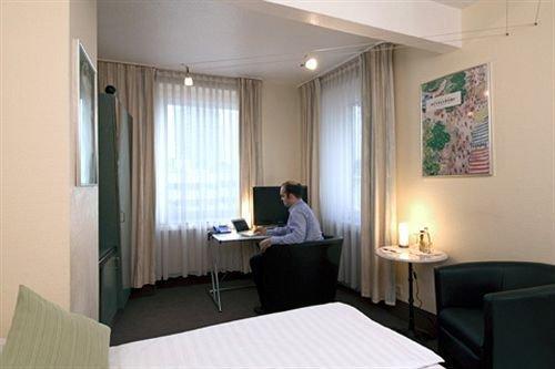 Monopol Hotel Dusseldorf - dream vacation