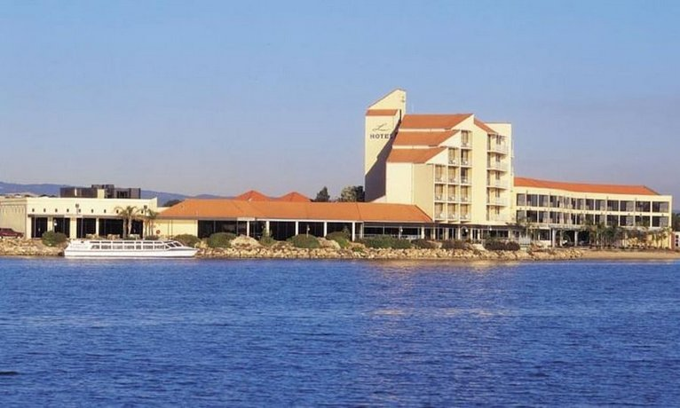 Photo: Lakes Hotel